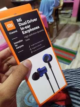 Mi Dual Driver In-ear Earphones (₹ 700)
