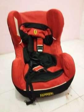 Tempat duduk bayi dimobil