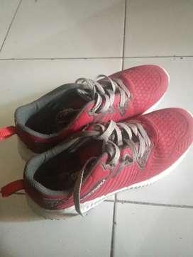 Sepatu untuk jalan jalan