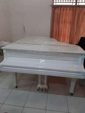 Piano grand yamaha putih istimewa