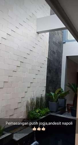 Kolam yang di lengkapi dengan dinding tebing bahan batu andesit putih