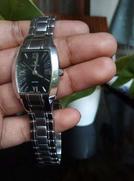 Women's fashionable luxurious watch jst for 4500