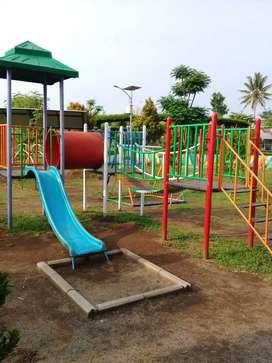 Playground lengkap dengan perosotan
