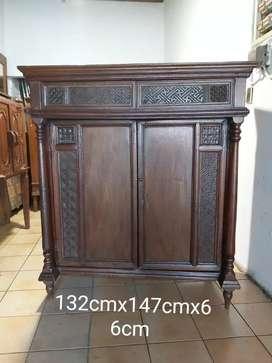 Lemari antik asli kayu jati lama.