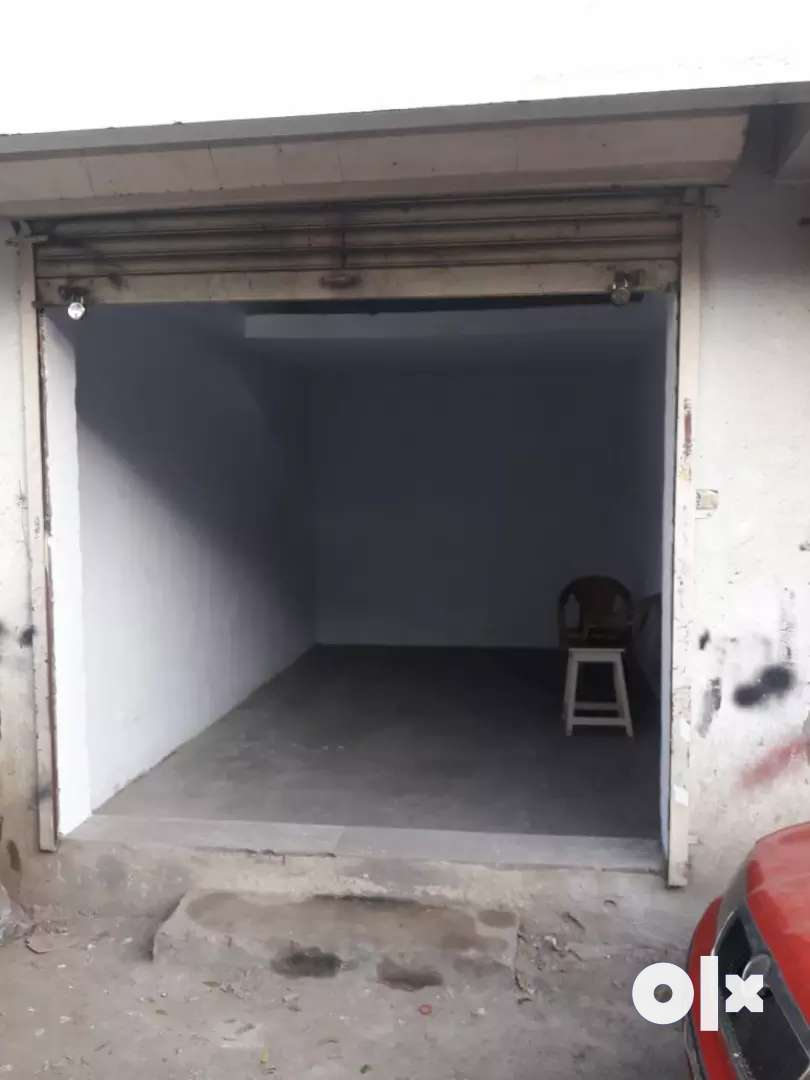 Shop available for rent with double height in prime location.... 0