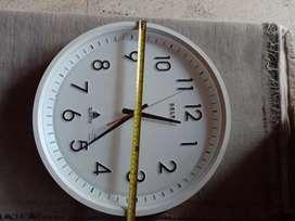 Jam dinding besar delta