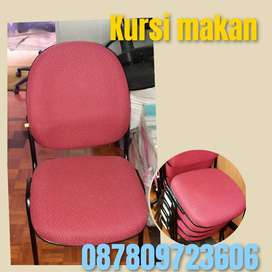 Kursi makan merah motif