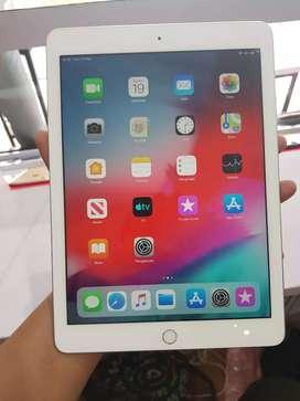 iPad Gen 6th 128GB Wifi Silver, Ada Bercak Di di Layar Atas, Unit Cass