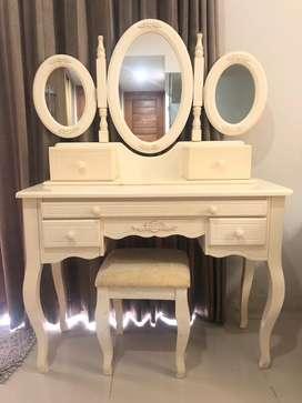 Meja rias bekas