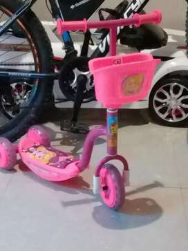 Sepeda scooter anak warna pink