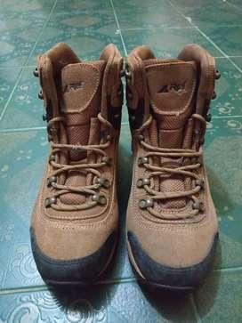 Sepatu Hiking REI