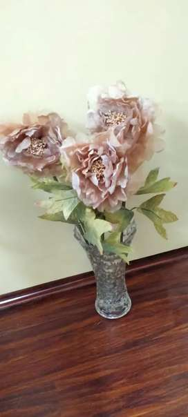 Glass table vase with flower
