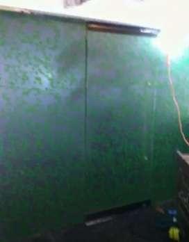 Stiker sanblas motif daun hijau dan kaca film yang terpasang di spa