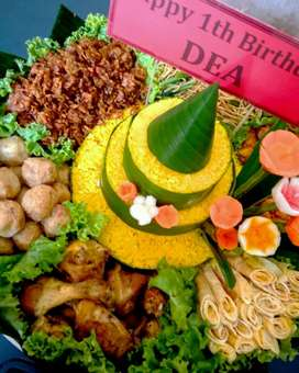 Tumpeng nasi dan jajan pasar