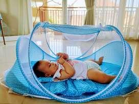 Tempat tidur bayi dengan kelambu
