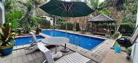 Sewa villa harian kolam renang pribadi