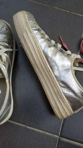 Sepatu kets silver metalik no 33 (size Eropa), utk remaja