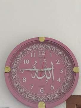 Jam dinding warna pink