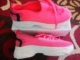 Sepatu Sneakers Casual Wanita