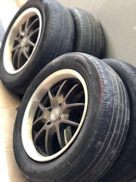 Tubeless tyre with aloyrims size 15 for sale