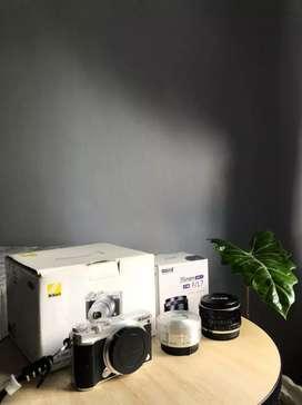 Kamera Nikon 1 J5 Mirolles dan lensa fix MEKE 35mm
