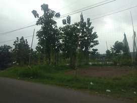 Tanah pinggir jalan, dekat ke pusat kota.( 5-10 menit )