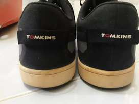 Sepatu TOMKINS strip biru
