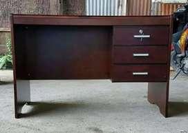 Meja kantor Tempahan