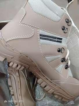 Di jual sepatu boot..