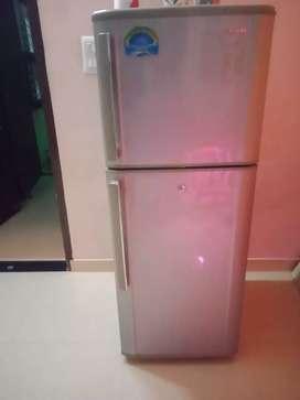 फ्रिज चेंज करना है इसलिए फ्रिज भेज रहे हैं
