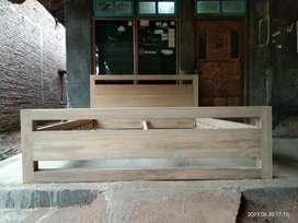 Tempat tidur minimalis kayu jati.