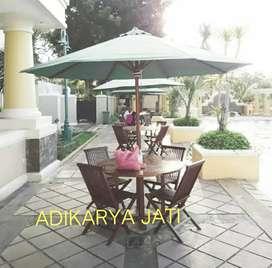 Meja payung set 4 kursi kayu jati buat cafe taman rumah.