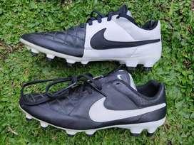Sepatu bola Nike Tiempo