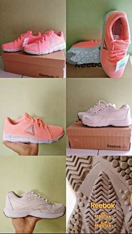 Di jual sepatu rebook baru