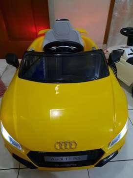 Mobil Aki Audi warna kuning