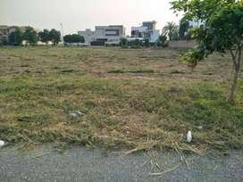 150 ft road near park plot for sale in DHA phase 6