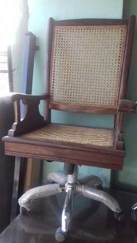 Revolwing chair