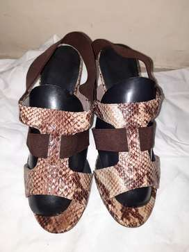 sepatu import charles and keith  uk 36 warna coklat motif  pakai karet