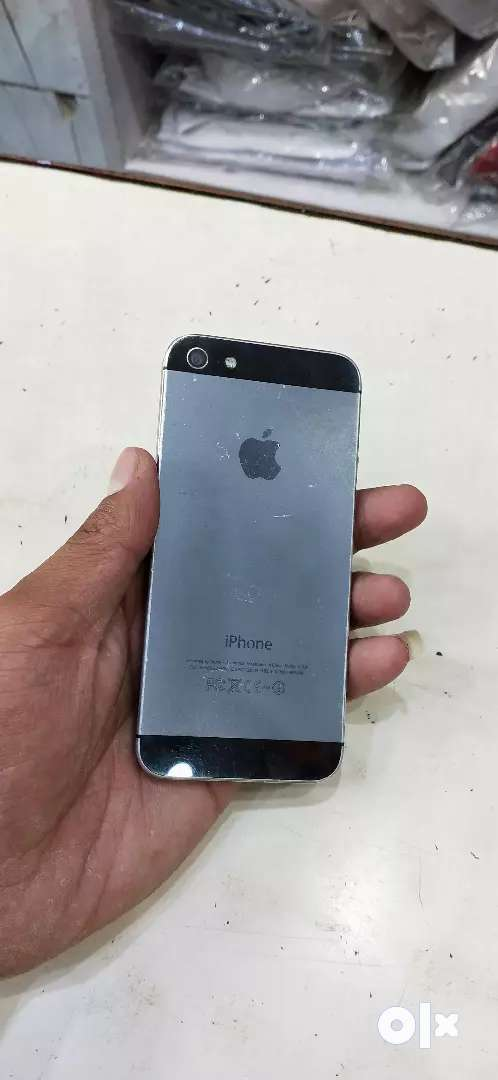 I phone 5 in 16gb with charger 0