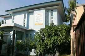 Dijual kantor & rumah tinggal satu lokasi tanah.