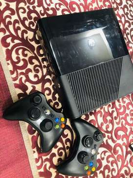 Xbox 360 with 2 controller with fifa CD