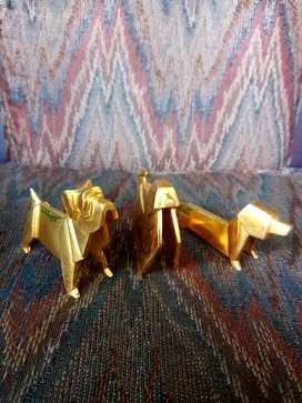 The three dog, bahan metal, brand embos