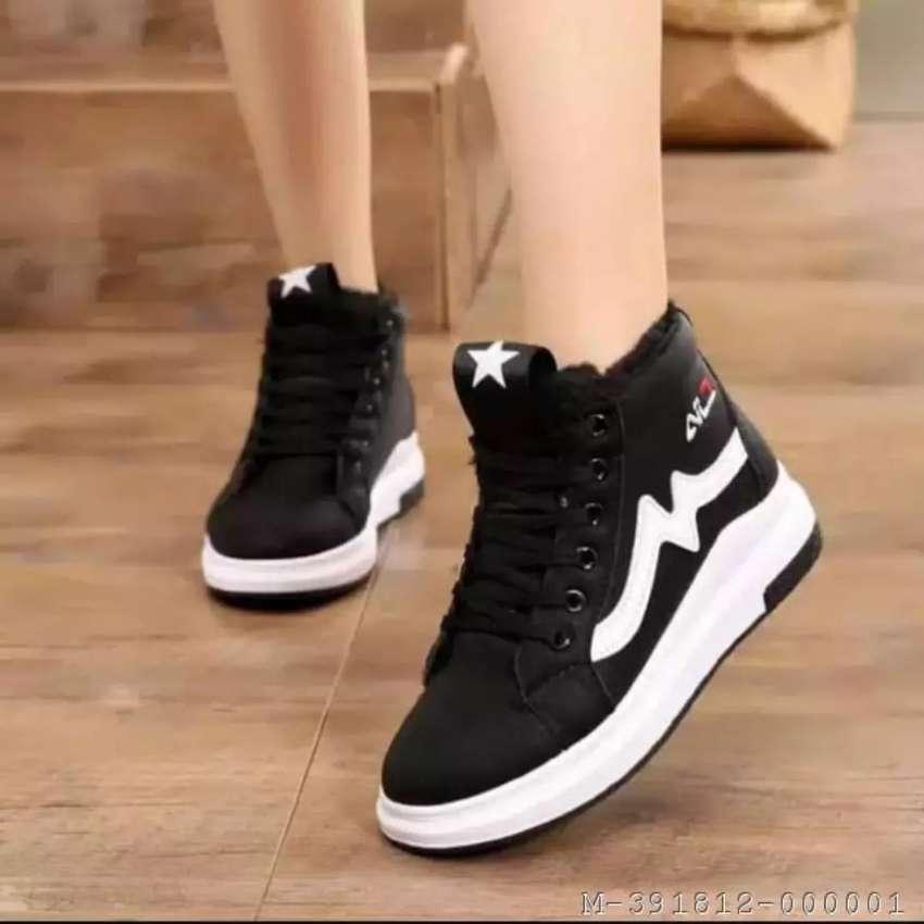 sepatu sneakers sintesis