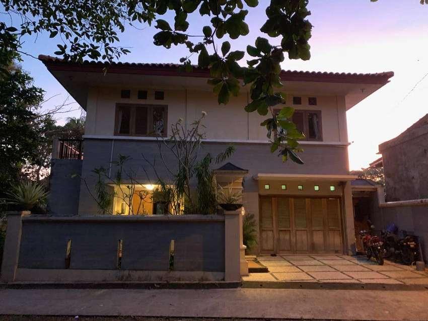 Turun Harga! Rumah cantik 3 Lantai Dengan Kolam Renang di Jl.Cekomaria