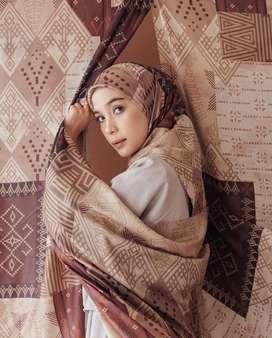 Preloved wearing Klamby Bajo scarft Rinca warna Deep soil