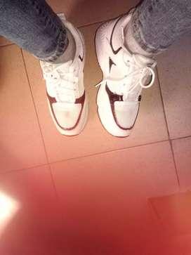 White sneaker, size 5