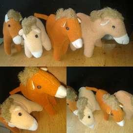 Boneka hewan kuda-kuda kecil lucu dan imut menggemaskan