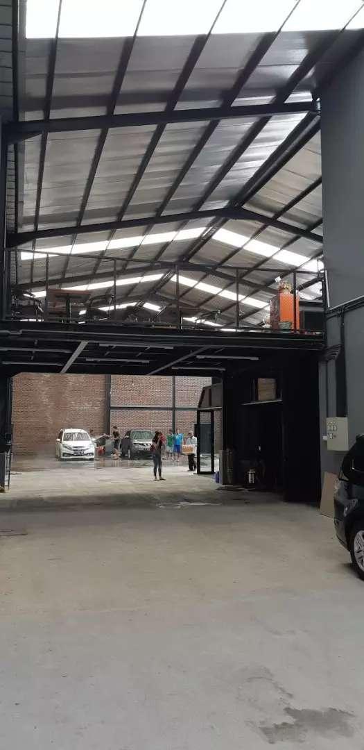 Disewakan gedung car wash, bengkel, bisa untuk cafe , toko , gudang