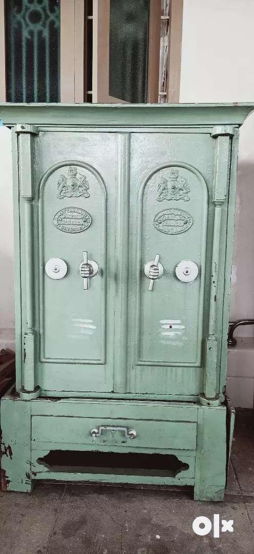 Antique locker 0