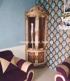 Almari hias pajangan sudut kayu jati finishing warna kombinasi.